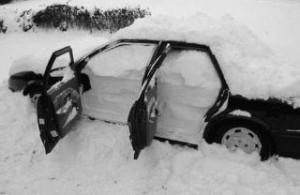 Auto in de sneeuw zw